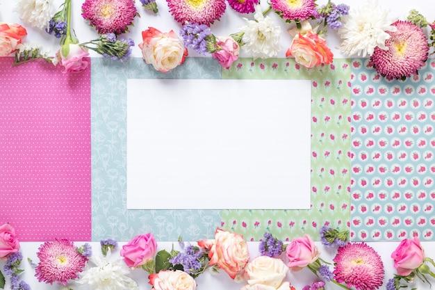 花の装飾的な背景に白い紙