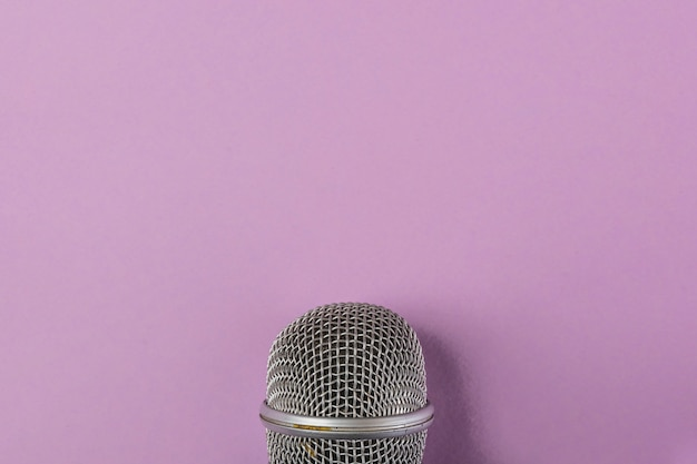 紫色の背景にマイクのスチールグリルのクローズアップ