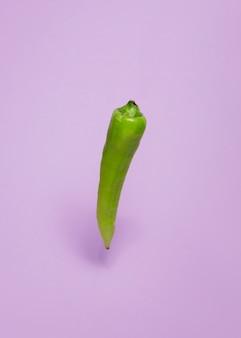 紫色の背景に緑色の唐辛子の胡椒のクローズアップ