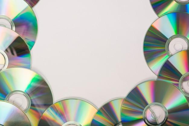 白い背景にテキストのためのスペースを持つ多くのコンパクトディスク