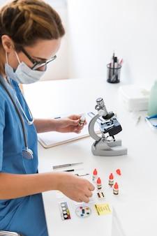 実験室で実験を行っている女性の獣医師