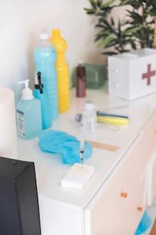 診療所のキャビネットの白いスポンジの注射器