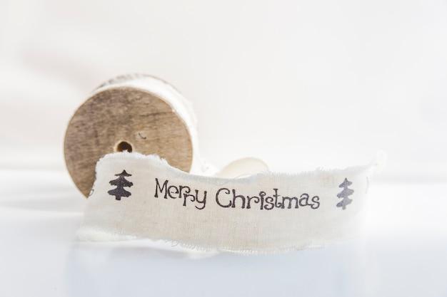 白い背景にメリークリスマスの白いスプール