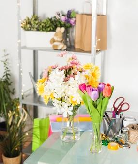 ガラスの机の上に新鮮な花の束