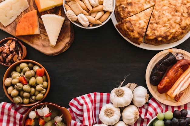 テーブル上の盛り合わせの食べ物とナプキン