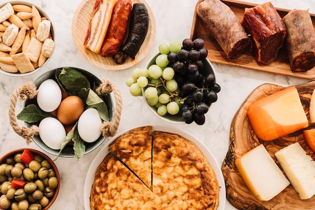 テーブル上の盛り合わせ食べ物のセット