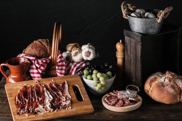 テーブル上のおいしい食べ物の組成