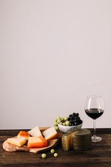赤ワイン、食品の近く