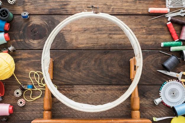 刺繍フープ付近の縫製用品