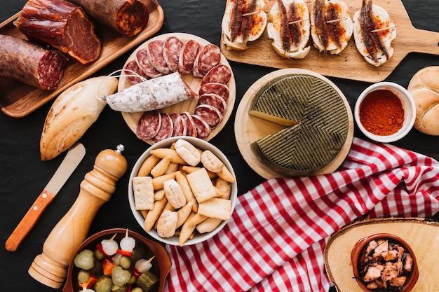食べ物の近くのナプキンとナイフ