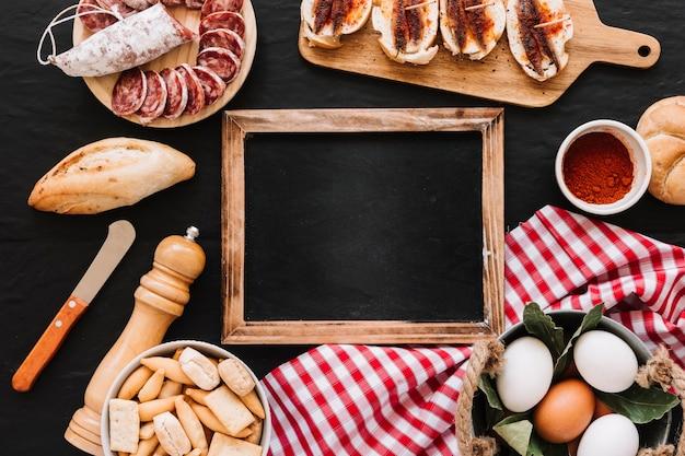 ナプキンと黒板の周りの食べ物