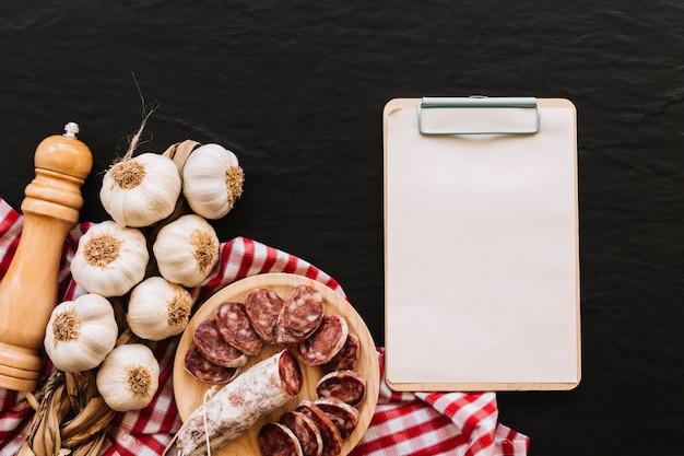 食べ物とナプキンの近くのクリップボード
