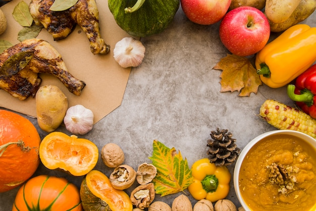 食品で飾られたグレーのテーブル