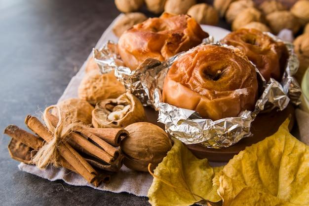 Запеченные яблоки в фольге на тарелке с грецкими орехами