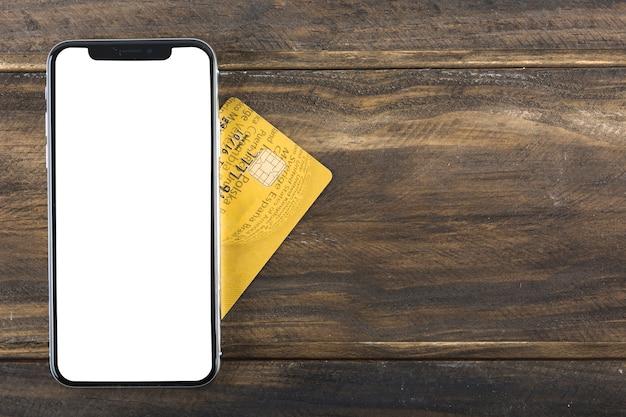 テーブルにクレジットカードのある電話