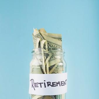 退職のための瓶の現金