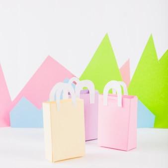 テーブルの上に紙の山を持つ紙袋