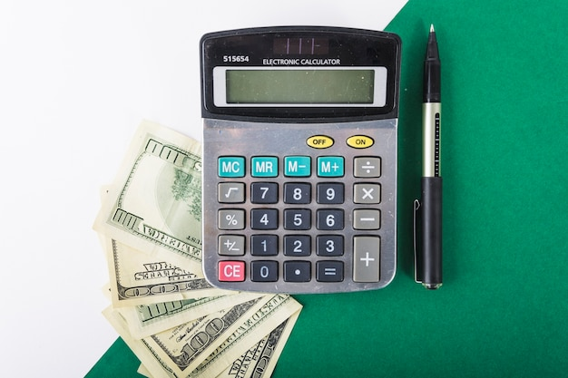 テーブルにお金を持つ電卓