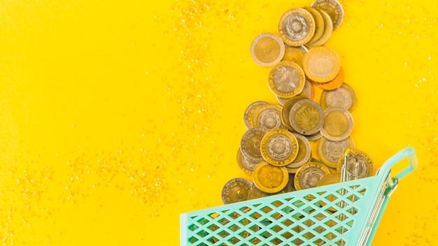 食料品のカートから飛び散ったコイン