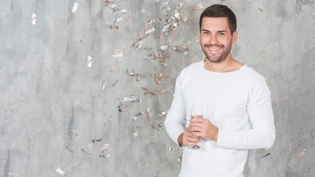 シャンパンで幸せな男