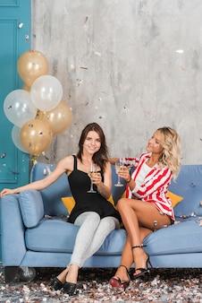 シャンパンのソファーの女性