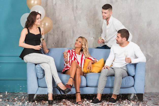 ソファーでシャンパンを飲む人
