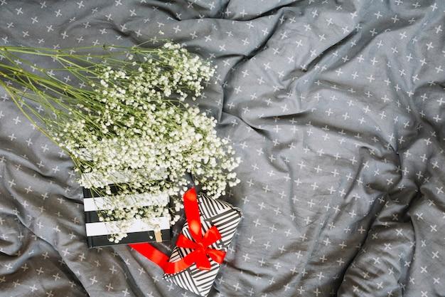 現在およびノートブックの近くの花