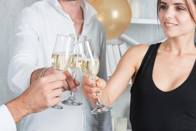 パーティーでメガネを強く締める人々