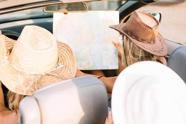地図を見ている車の女性