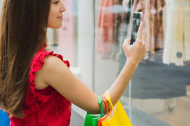 衣服の写真を撮る女性