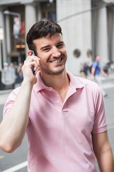 電話で泣いてカメラを見ている笑う男