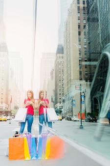ストリートにショッピングバッグを持つ女性