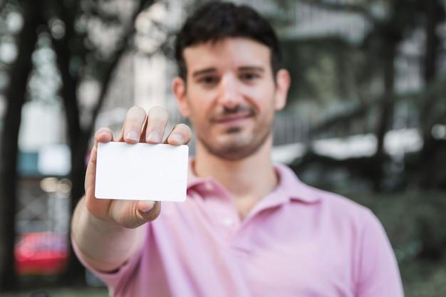 訪問カードを表示している男
