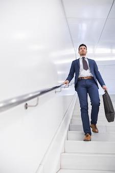 ステップを歩いているビジネスマン
