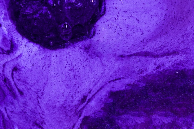 沸騰した紫色の液体と泡