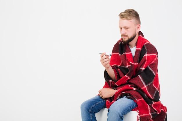 病気の男性の測定温度