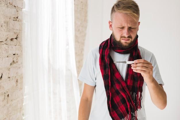 熱がある病気の男