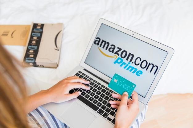 Женщина с ноутбуком и кредитной картой рядом с отправкой