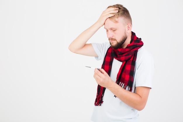 頭、手をつないでいる、チェッカースカーフの男
