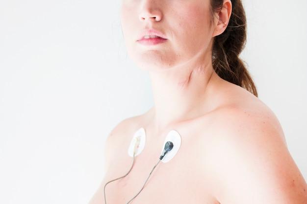 身体に心電図リードを持つ女性