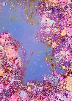 Синяя жидкая смесь с фиолетовыми крошками