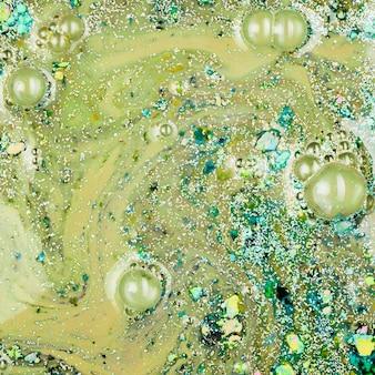 ベージュ色の液体、紺碧のクラム
