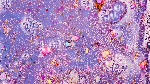 Фиолетовая жидкость с розовыми крошками