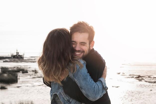 海岸で抱き合っているカップル