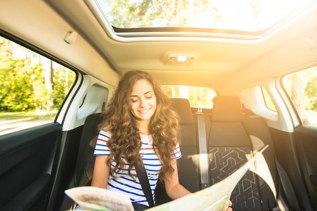 Молодая женщина в автомобильной поездке