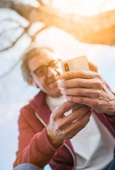 スマートフォンを使用した上級者の低角度のビュー