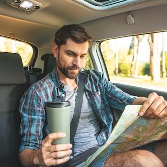 Человек в автомобильной поездке