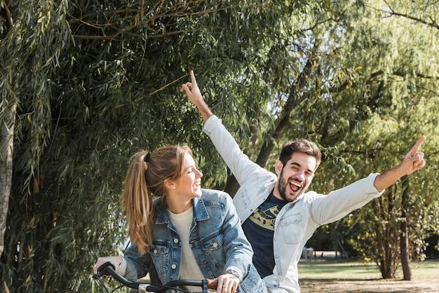 公園に乗るバイクのカップル