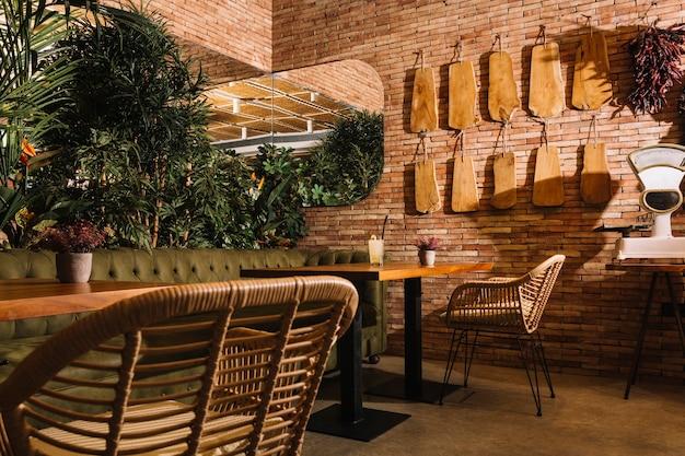 レストランでの木製テーブルにカクテル