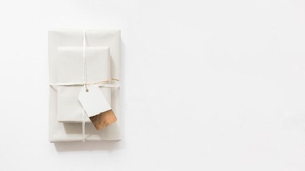 白い背景にタグ付きのギフトボックスのオーバーヘッドビュー